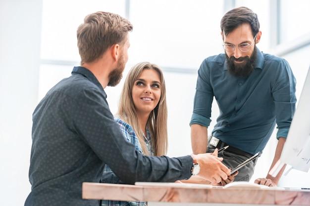Equipe de negócios discutindo cronogramas financeiros na reunião de trabalho. o conceito de trabalho em equipe