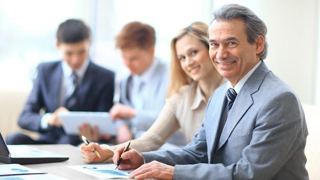 Equipe de negócios discutindo novas ideias sentados à mesa do escritório