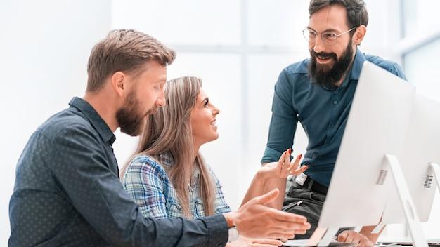 Equipe de negócios, discutindo o plano de negócios na reunião de escritório. dias de semana de escritório