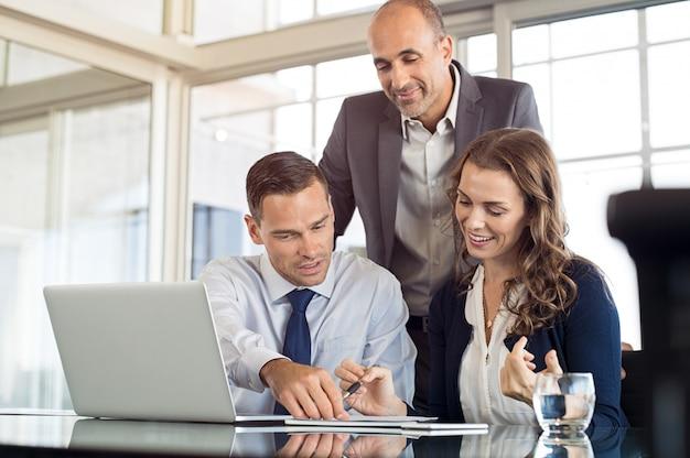 Equipe de negócios, discutindo o trabalho