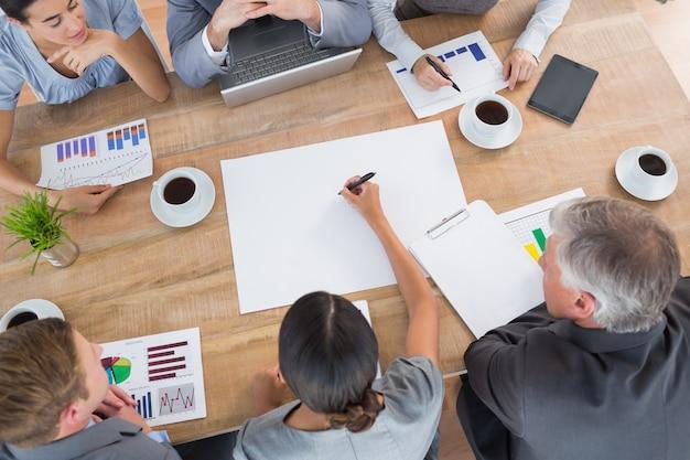Equipe de negócios discutindo os gráficos