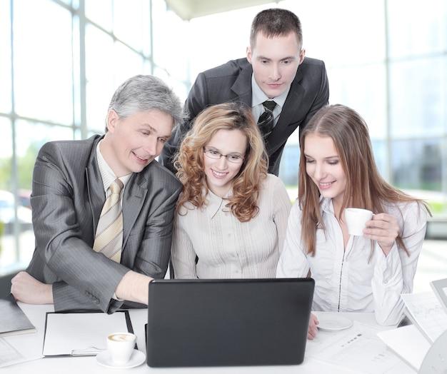 Equipe de negócios discutindo questões de negócios sentada atrás de uma mesa