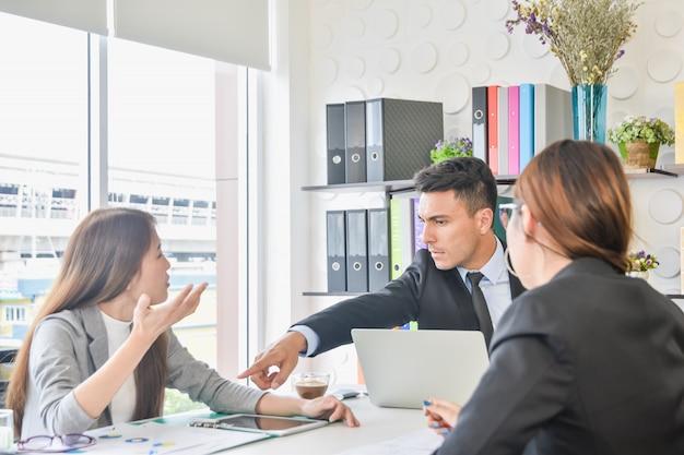 Equipe de negócios do cfo e da secretária e discute as melhorias futuras do crescimento