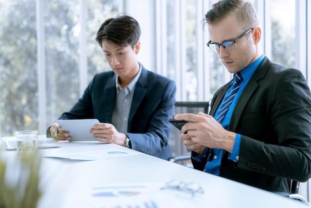 Equipe de negócios durante a conferência de reunião estão trabalhando documentos sobre o plano de marketing