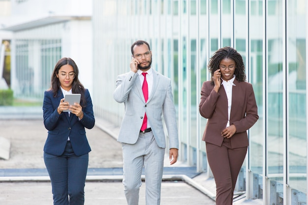 Equipe de negócios eficaz usando gadgets