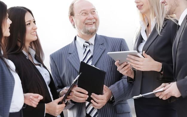 Equipe de negócios em pé conversando no escritório
