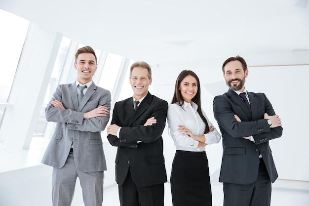 Equipe de negócios em pé no escritório com os braços cruzados