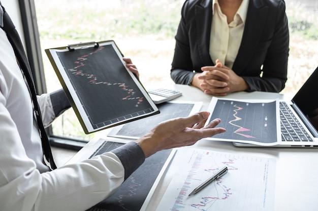 Equipe de negócios em reunião de conversa e colaboração, discutindo a cooperação de parceiros para o planejamento de um projeto de marketing de negociação de investimento para o investidor, ou uma bolsa de valores para o lucro do negócio