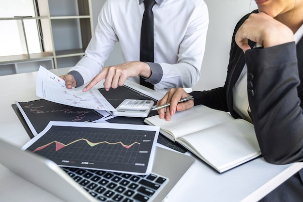 Equipe de negócios em reunião de conversação e colaboração, discutindo a cooperação de parceiros para o planejamento de um projeto de marketing de negociação de investimento para o investidor, ou uma bolsa de valores para o lucro do negócio.