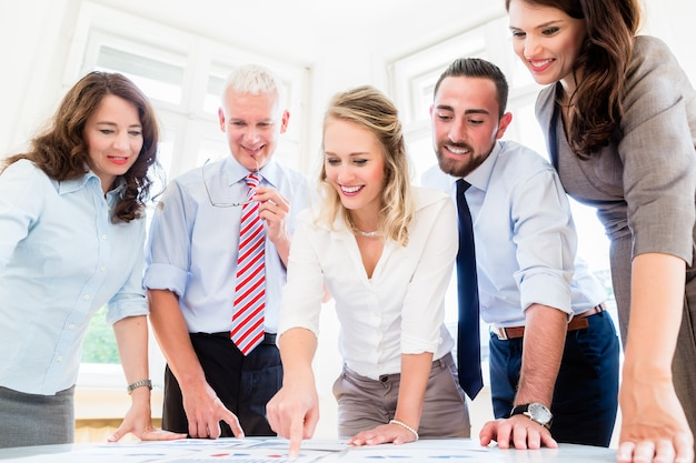 Equipe de negócios em reunião de estratégia discutindo números e dados