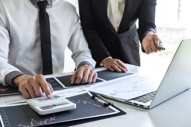 Equipe de negócios em reunião para discussão de parceiro para planejamento de projeto de marketing de negociação de investimentos