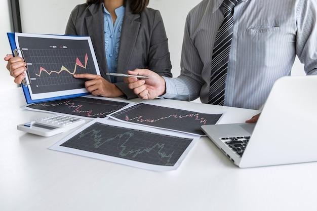 Equipe de negócios em reunião para planejamento de projeto de negociação de investimento e estratégia de negociação em bolsa de valores com parceiro, conceito financeiro e contábil, trabalho em equipe colaborativo para análise de dados.