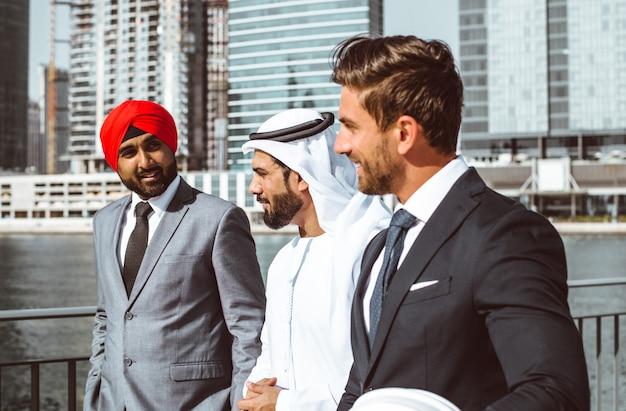Equipe de negócios falando sobre planos para o futuro em dubai