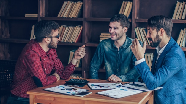 Equipe de negócios faz a análise dos relatórios de marketing da wor