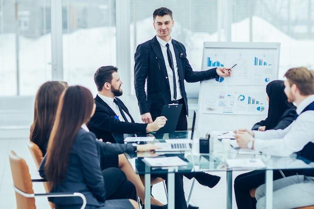 Equipe de negócios faz a apresentação de um novo projeto financeiro para os parceiros de negócios da empresa