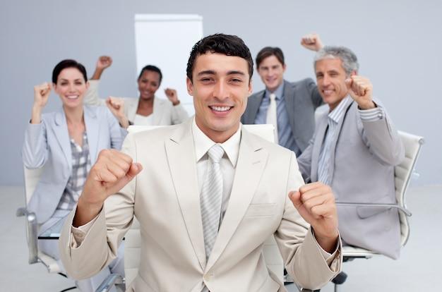Equipe de negócios feliz comemorando um sucesso
