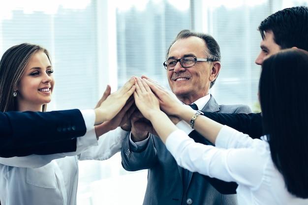 Equipe de negócios feliz comemorando vitória no escritório