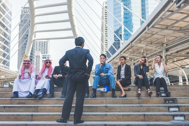 Equipe de negócios feliz fazendo altas mãos no fundo da cidade