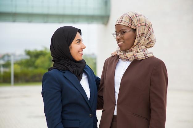 Equipe de negócios feminino confiante feliz posando fora