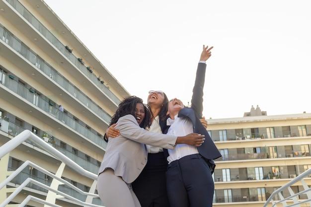 Equipe de negócios feminino unida, comemorando o sucesso