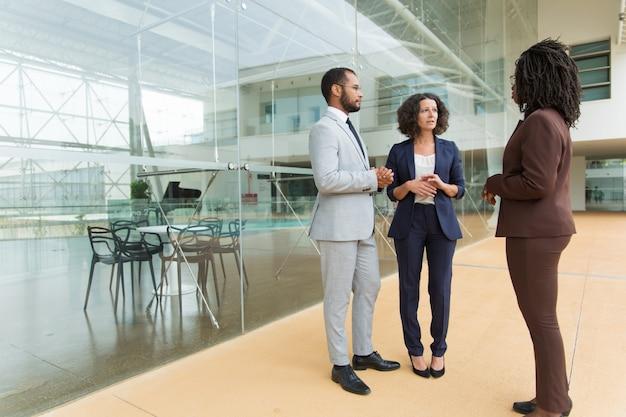Equipe de negócios inter-raciais, discutindo o projeto
