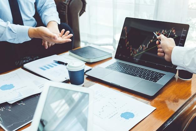 Equipe de negócios investimento empreendedor trading discutindo e analisando o mercado de ações gráfico