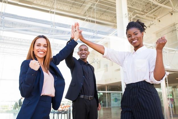 Equipe de negócios jovem alegre satisfeito com o lançamento do projeto