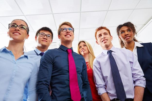 Equipe de negócios jovens em pé multi étnica