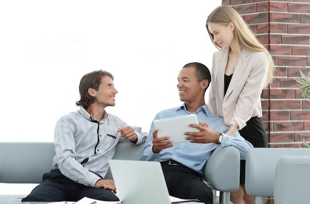 Equipe de negócios lendo texto em um tablet digital.