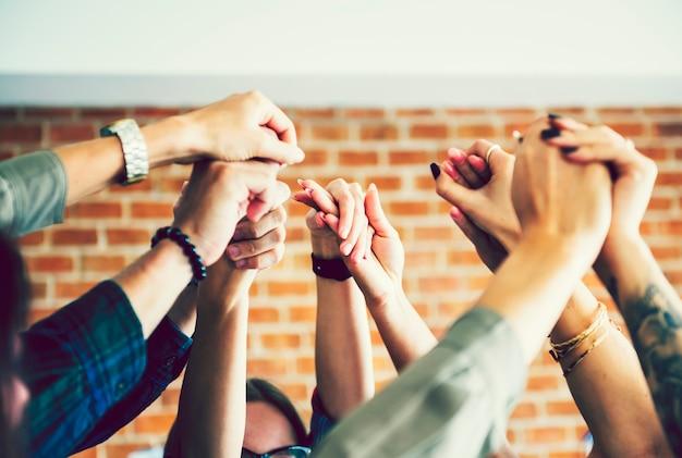 Equipe de negócios, levantando as mãos para comemorar