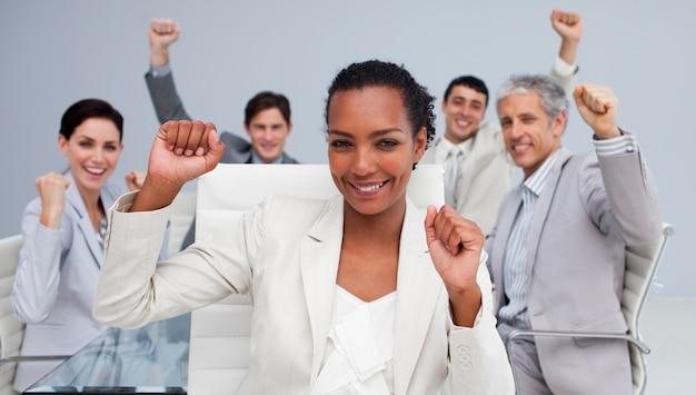 Equipe de negócios multi-étnica feliz comemorando um sucesso