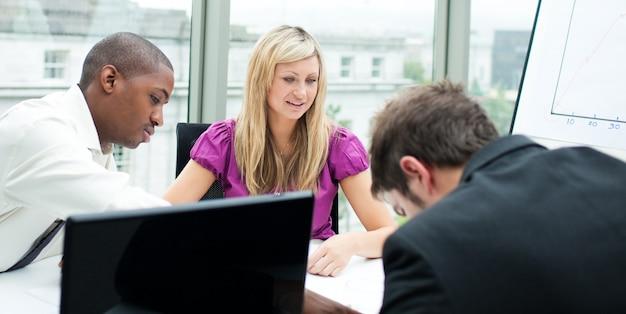 Equipe de negócios multi-étnica, trabalhando em um escritório