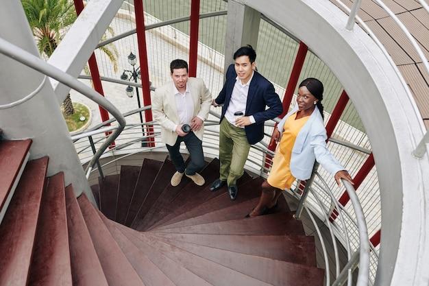 Equipe de negócios na escada em espiral