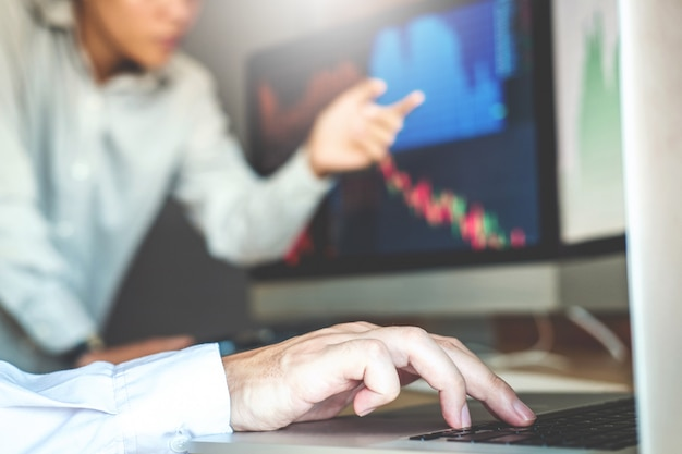 Equipe de negócios negociando ações on-line investimento discutindo e análise gráfico mercado de ações