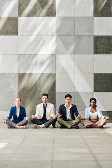 Equipe de negócios praticando meditação