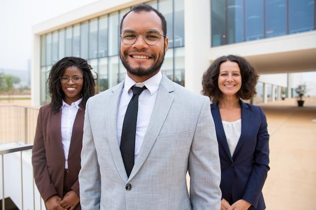 Equipe de negócios profissional alegre
