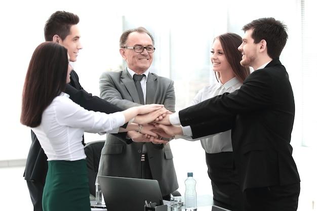 Equipe de negócios profissional mostra sua unidade o conceito de trabalho em equipe