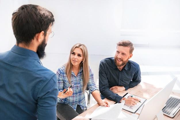 Equipe de negócios profissional trabalha com documentos financeiros. foto com espaço de cópia