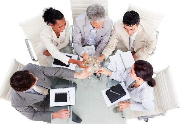 Equipe de negócios próspera comemorando um sucesso