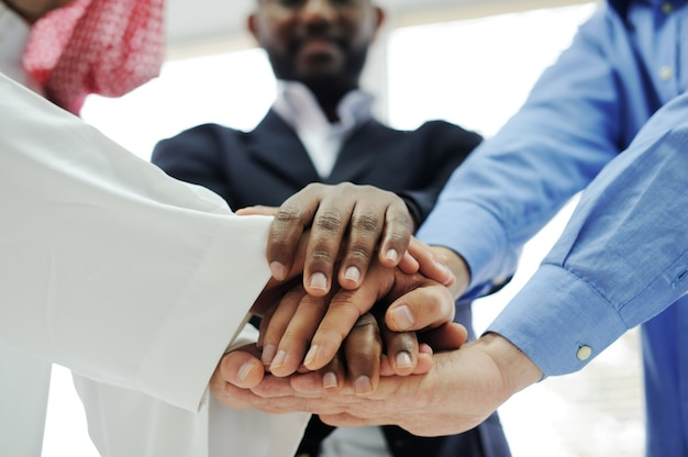 Equipe de negócios que se sobrepõe a mãos