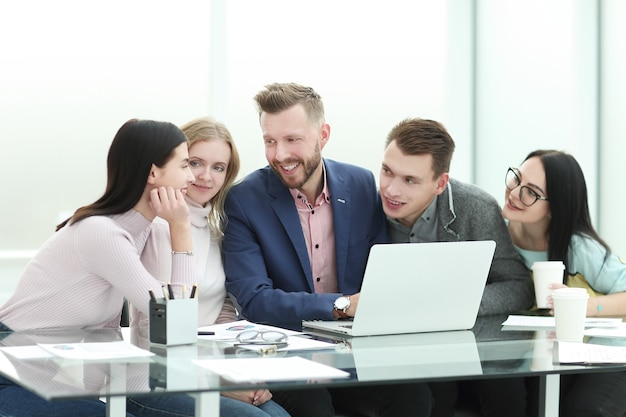 Equipe de negócios realiza briefing em um escritório moderno