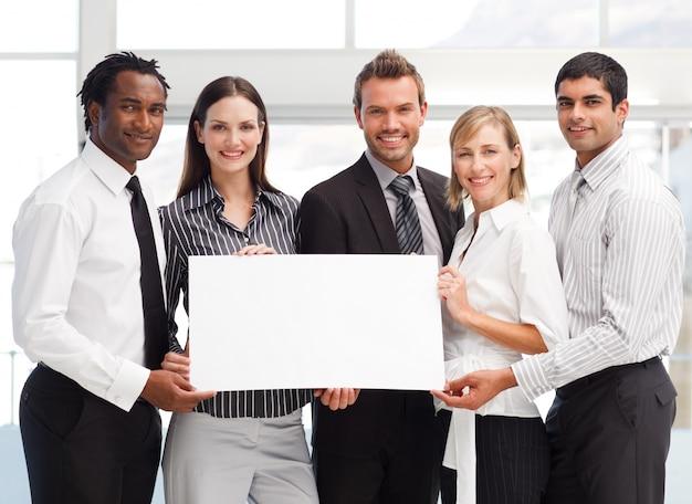 Equipe de negócios segurando um cartão em branco