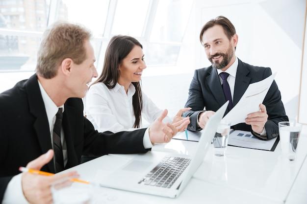 Equipe de negócios sentada à mesa na conferência no escritório
