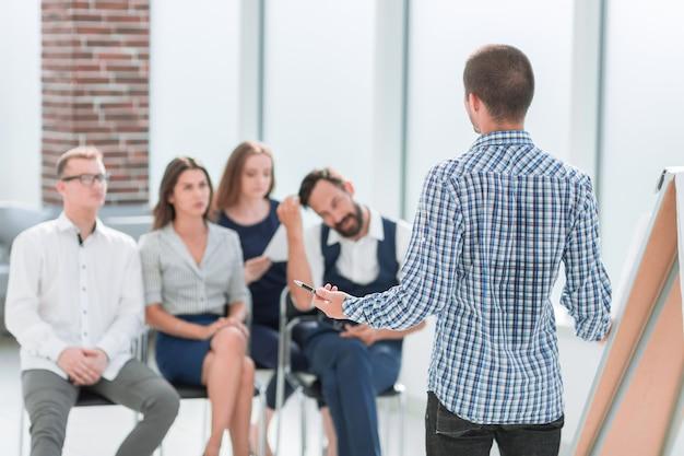 Equipe de negócios sentada na sala de conferências. conceito de negócios