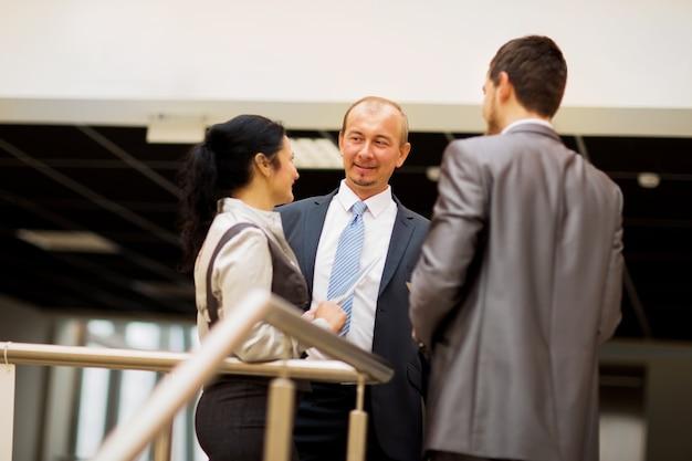 Equipe de negócios sorridente discutindo algo no escritório
