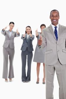 Equipe de negócios sorrindo com polegares para cima