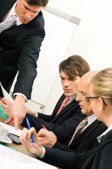Equipe de negócios tendo discussão no escritório