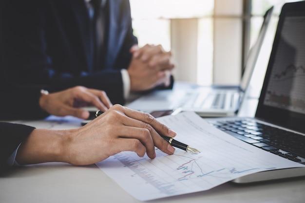 Equipe de negócios, trabalhando com computador, laptop, discutindo e análise gráfico negociação no mercado de ações
