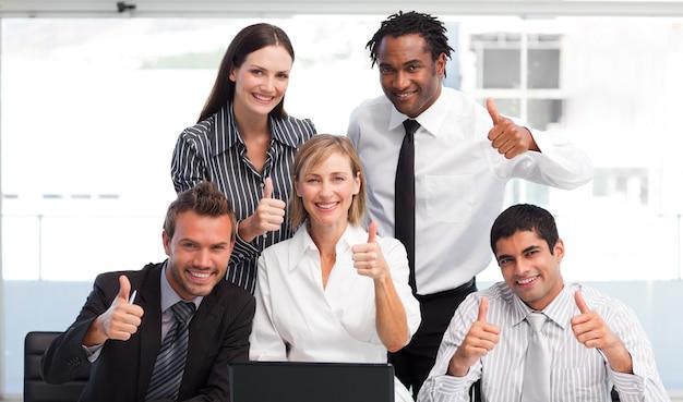 Equipe de negócios trabalhando em conjunto com thumbs up