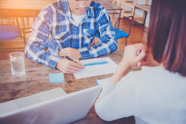 Equipe de negócios trabalhando em um novo plano de negócios com computador digital moderno